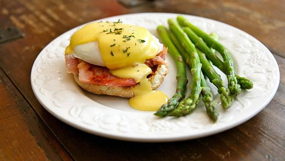 Get the Classic Eggs Benedict with Creamy Hollandaise Sauce Recipe!
